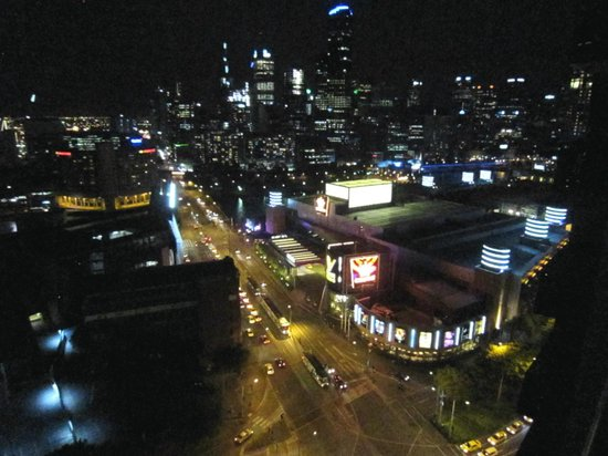 Melbourne Short Stay Apartments Whiteman Street: and at night