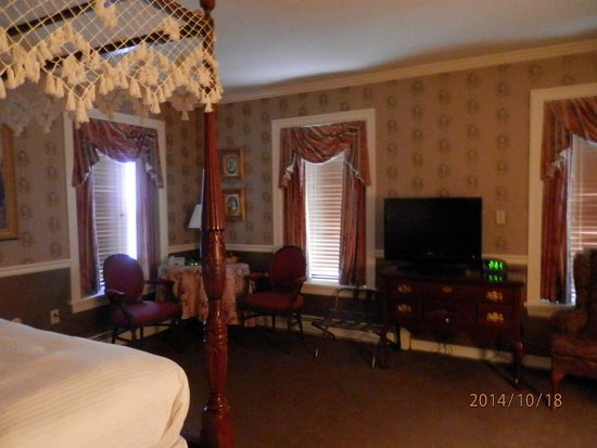 The Waynebrook Inn: The room we stayed in. Loved it