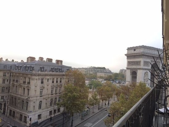 Maison Albar Hotel Paris Champs-Elysees: From balcony: View of street and Arc de Triomphe