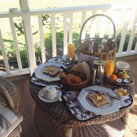 Carriages Boutique Hotel & Vineyard: Fresh Breakfast Basket