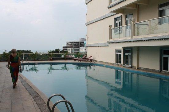 Linda Seaview Hotel: бассейн отеля, 4 этаж. вид на улицу