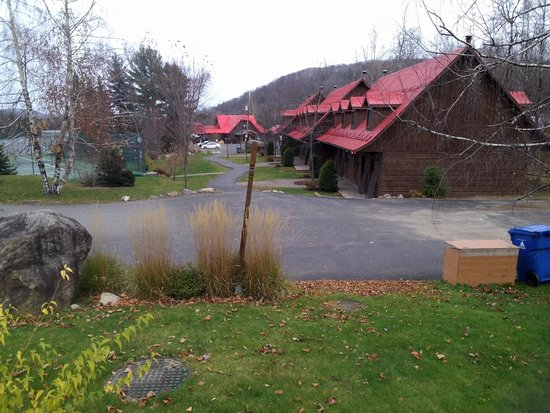 Auberge du Lac Morency: rooms and main lodge