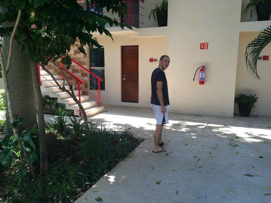Grand City Hotel: Devant les chambres