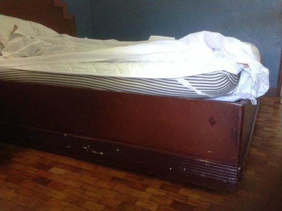 El Cielito Hotel Baguio: Lumpy and uncomfortably thin mattress
