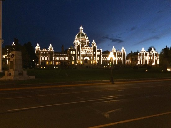 Royal Scot Hotel & Suites: The BC Government buildings within 100 yards of the Royal Scot Hotel