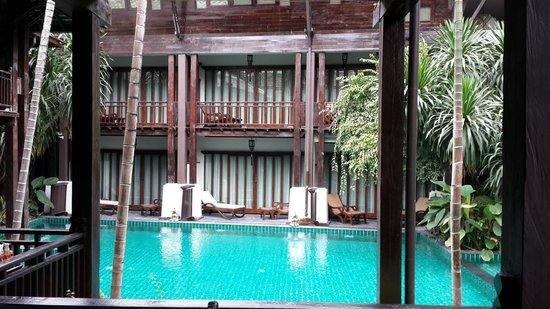Yantarasiri Resort: สระว่ายน้ำท่ามกลางเรือนไม้