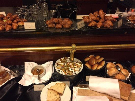 Cafe Romano : Trevlig liten frukostbuffe med köttiga korvar, sju sorters bröd och sex sorters fruktjuicer.