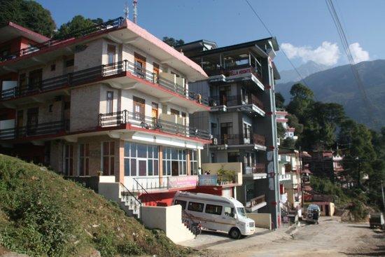 New Varuni House: Vue extérieure de l'hotel avec ses nombreux balcons face à l'himalaya !!!!