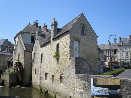 Le Triskell: The water mill across from restaurant