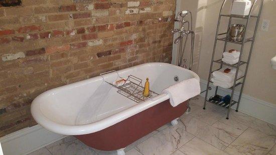 The James Lee House : Bathtub