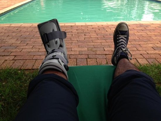 African Pride Mount Grace Country House & Spa : Chilling at the pool - with my broken foot