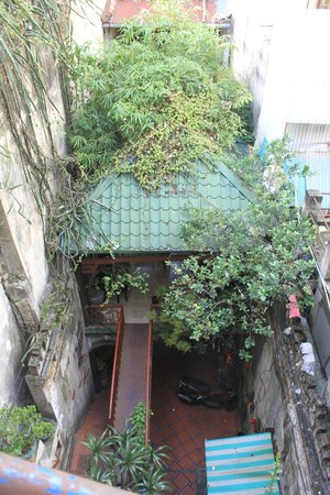 Cafe Dinh: Cool courtyard entrance