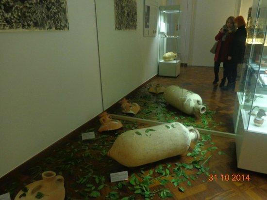 Archaeological Museum and Andautonia Archaeological Park: амфора в вишневых листьях. такой запах чудесный!