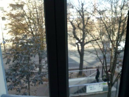 Claret Hotel: Vue sur la sortie du métro Bercy