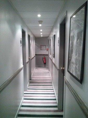 Claret Hotel: Couloir d'accès aux chambres