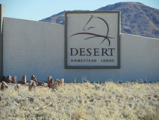 Desert Homestead Lodge: toegangspoort: https://www.tripadvisor.co.uk/LocationPhotoDirectLink-g479221-d658927-i114969052-Desert_Homestead_Lodge-Namib_Naukluft_Park_Khomas_Region.html