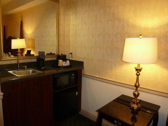 Ayres Hotel Anaheim : Fridge, microwave and coffee area