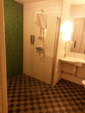 BEST WESTERN PLUS Kalmarsund Hotell : the spacious bath room