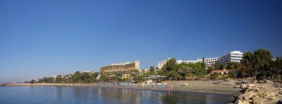 Mediterranean Beach Hotel : Отель и набережная