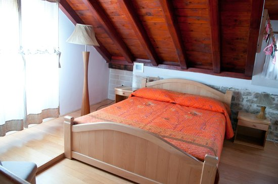 Salvezani Apartment: badroom in attic space