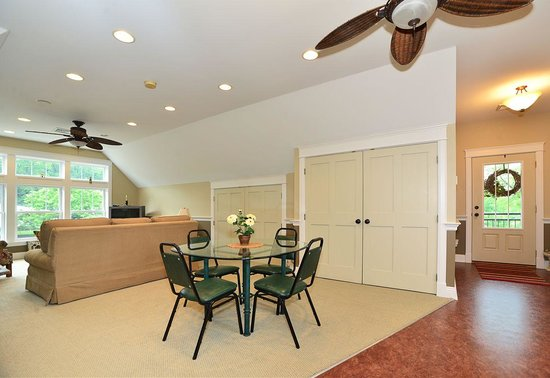 Chapel Valley Estate: Carriage House Dining and Living Area