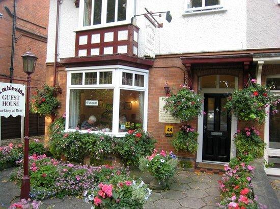 Ambleside Guest House: Ambleside - вход и окно столовой