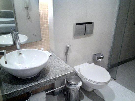 Ramee Guestline Dadar Hotel: clean bathrooms