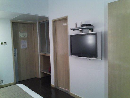 Ramee Guestline Dadar Hotel: tv unit view