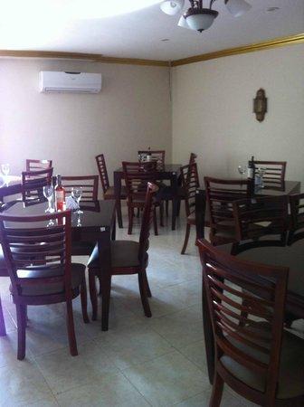 NADER Delicias Arabes : uno de los 3 espacio de comedores