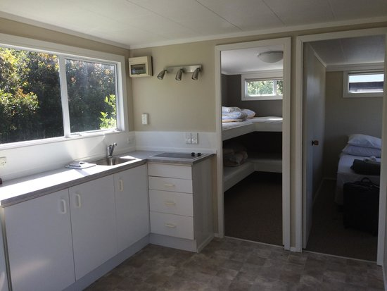 Beachaven Kiwi Holiday Park: Kitchen and Bedrooms