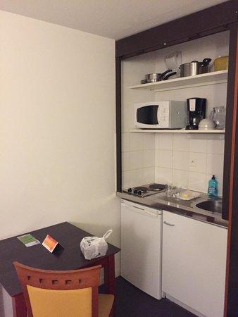 Adagio Access Toulouse Jolimont : Le coin cuisine : deux plaques chauffantes avec minuteur, petit réfrigérateur (non nettoyé à mon
