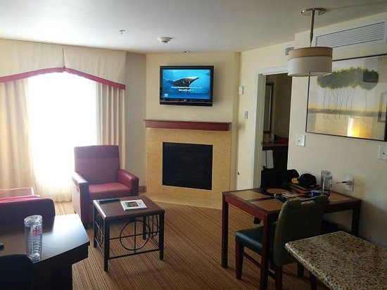 Residence Inn Lexington Keeneland/Airport: Living room with gas fireplace and flat screen TV