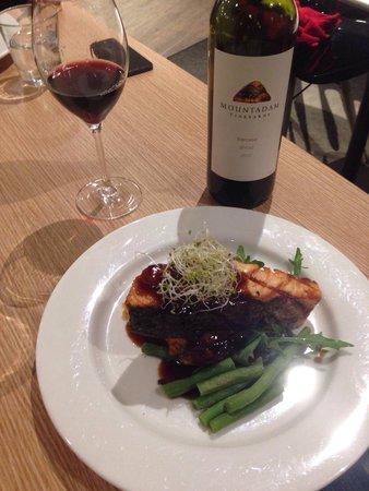 Ibis Budget Melbourne Airport: Esse foi o prato escolhido por nós (the catch of the Day): um salmão maravilhoso acompanhado de
