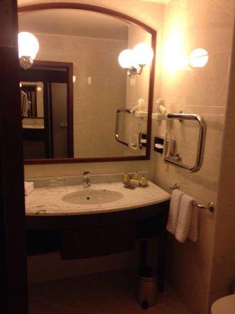Moscow Marriott Tverskaya Hotel : The bathroom
