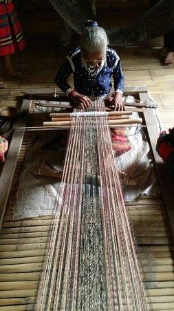 Malungon, Filippiinit: Blaan Weaver at the Lamlifew Village Museum