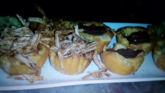 Surf Caribbean Food: Canastas de plátano. Relleno de frijoles molidos, pollo y guacamole. Excelentes ��