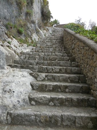 Scala Fenicia (Phoenician Steps) : The steps are also a bit irregular
