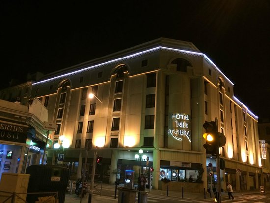 Hotel Nice Riviera: Beautifully lit at night.