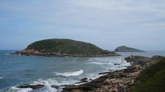 Farol da Praia da Vila: Vista das ilhas vindo pela trilha do farol