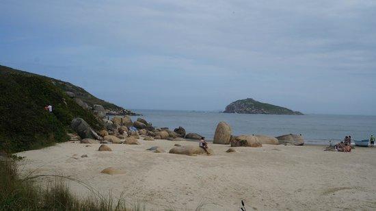 Farol da Praia da Vila: Caminho de chegada da trilha do farol a praia