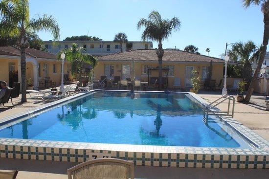 Gulf Tides Inn : Zwembad voor de deur