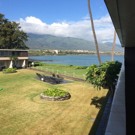 Maui Seaside Hotel: View from walkway to rooms and the pool area