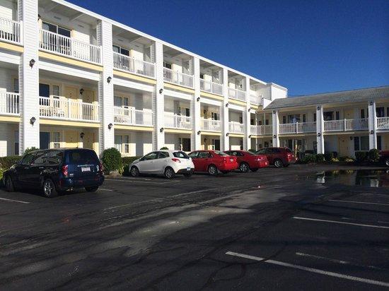 Sunrise Motel: Estacionamento e quartos