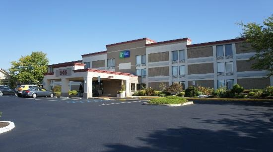 Holiday Inn Express Ramsey-Mahwah: Frente do hotel, olhando da estrada.