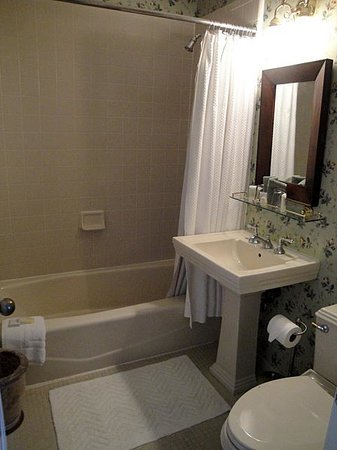 Bluff View Inn: Bathroom of Chambliss Room