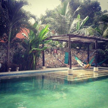 Nomadas Hostel: Petit déjeuner au bord de la piscine :-)