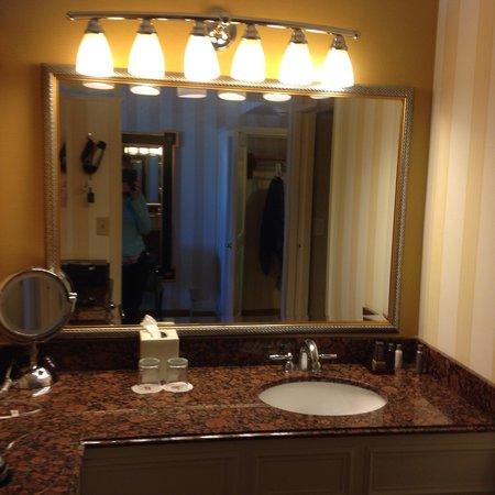 Monterey Marriott: Remodeled bath room