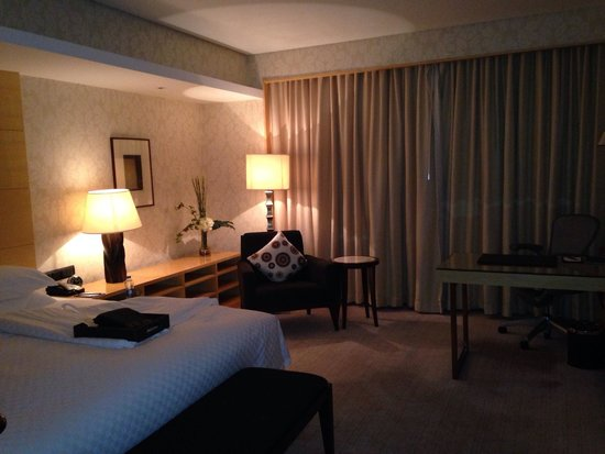 Marco Polo Wuhan: Bedroom on the 17th floor - with a river view