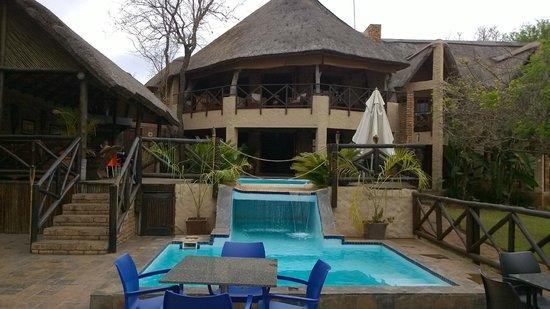 Crocodile Kruger Safari Lodge: kl. Wasserfall mit Lodge
