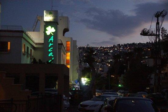 Arcadia Hotel Tiberias : widok w nocy od ulicy